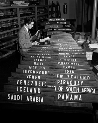 Preparando los  letreros de los paises para la Asamblea General